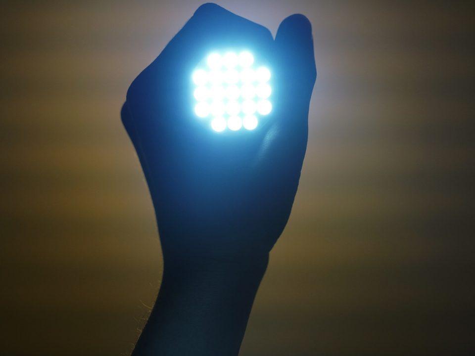 lampa led w dłoni